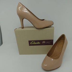 Clarks nude patent leather heels, Size 7W